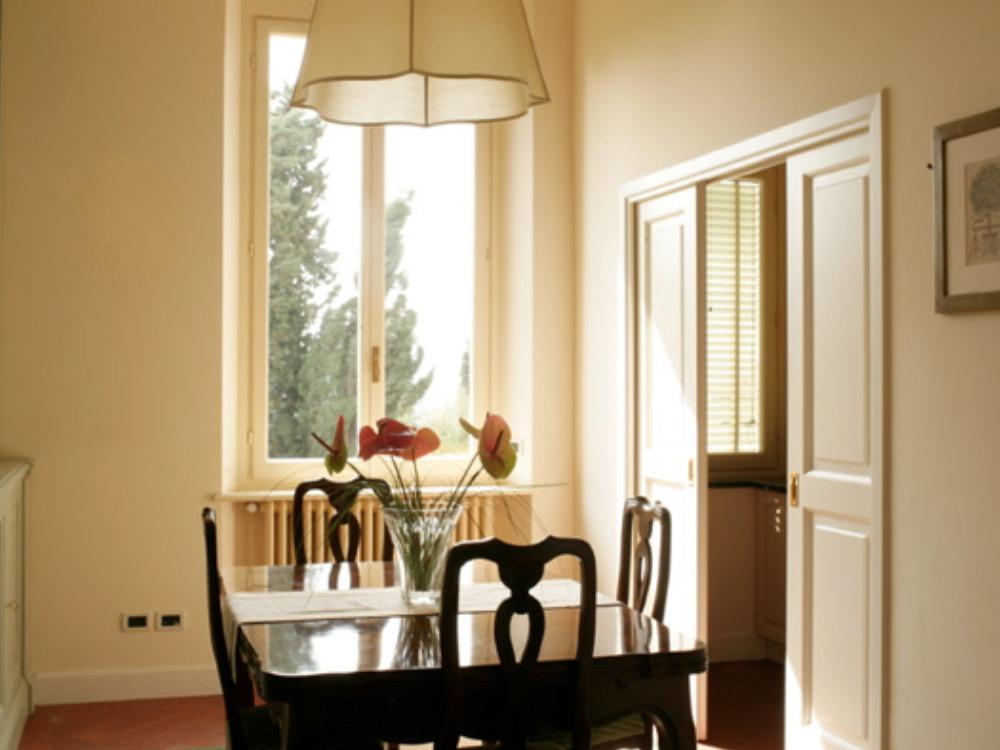 Pranzo - Dettaglio della sala pranzo con annesso cucinotto finestrato completamente accessoriato